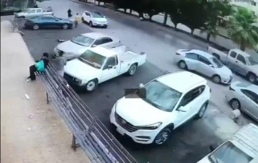لحظة سرقة جوال من يد امرأة مسنة في العاصمة الرياض