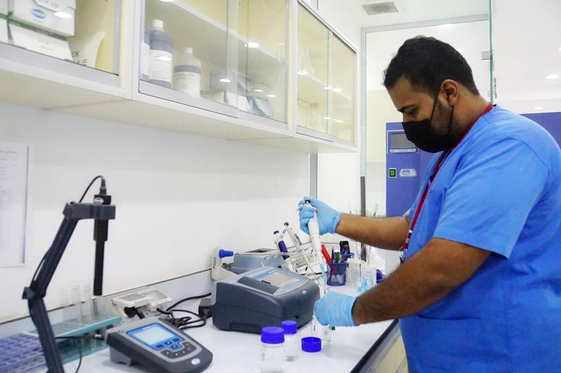 أكثر من 50 عينة يوميًا لفحص جودة ماء زمزم وسلامة نقاط التوزيع - المواطن