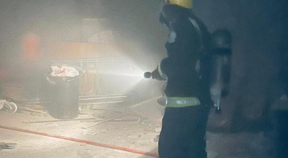إخماد حريق في موقع داخل سوق تجاري بالرياض