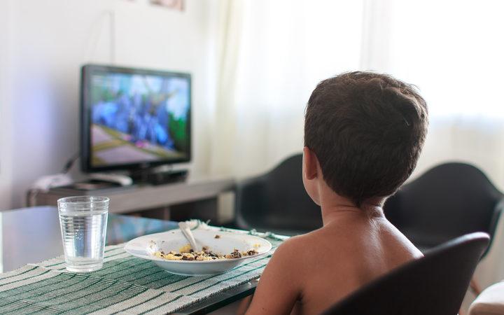 احذر خطورة مشاهدة الأطفال للتلفزيون أثناء تناول الطعام