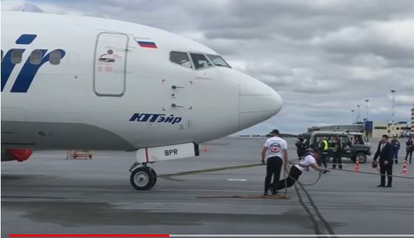 روسي يسحب طائرة بوينغ 737 تزن 40 طنًّا