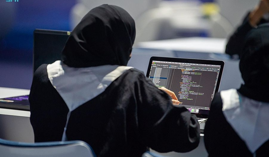 الفيصل يتوج الفائزين في تحدي أيام مكة للبرمجة والذكاء الاصطناعي