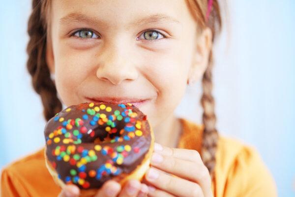 6 تأثيرات ضارة على الأطفال لزيادة تناول السكريات