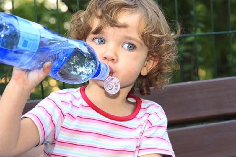 تحذير: عدم تناول 8 أكواب من الماء يوميًا في الصيف ينذر بخطر كبير - المواطن