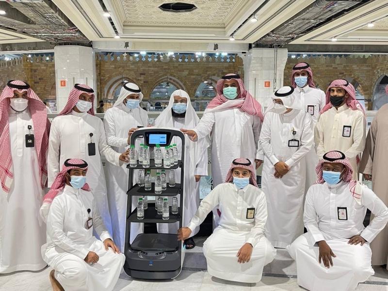 روبوت ذكي لتوزيع عبوات ماء زمزم - المواطن
