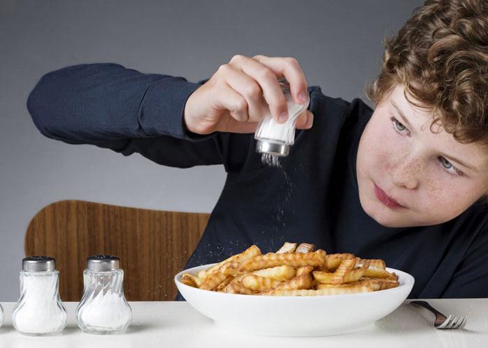 لهذا السبب الملح يؤدي إلى زيادة الوزن