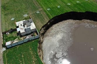 شاهد حفرة عملاقة تظهر من العدم في حقل مكسيكي ! (4)