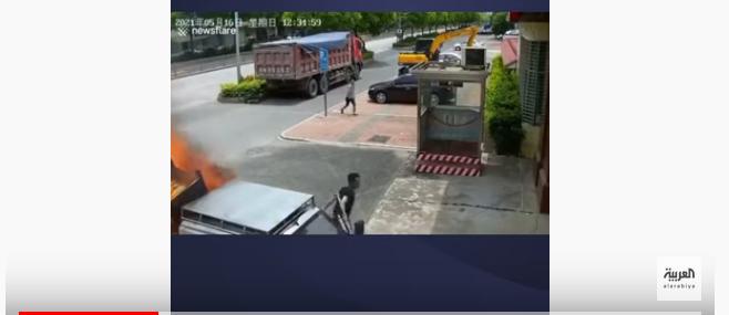 شاب صيني متهور يقود سيارته المشتعلة إلى مركز الإطفاء