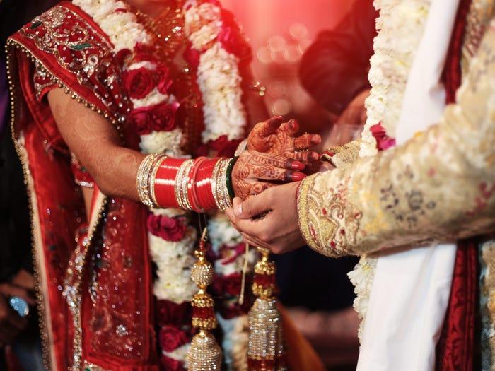 عروس هندية تتوفى في حفل زفافها والعائلة تتخذ قرارًا صادمًا !