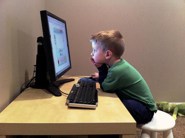 انتبهوا لعيون أطفالكم فإضاءة شاشات الأجهزة تسبب الجفاف