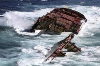 غرق سفينة قبالة اليمن