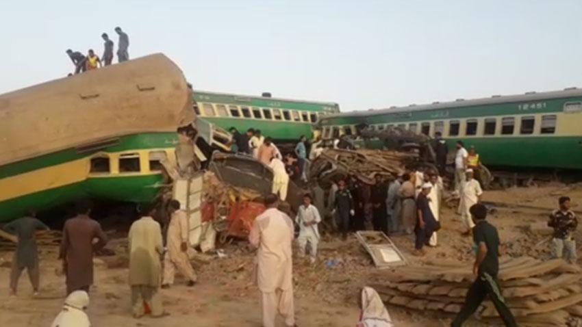 مشاهد أولية من تصادم قطارين في باكستان ووفاة 36 شخصًا