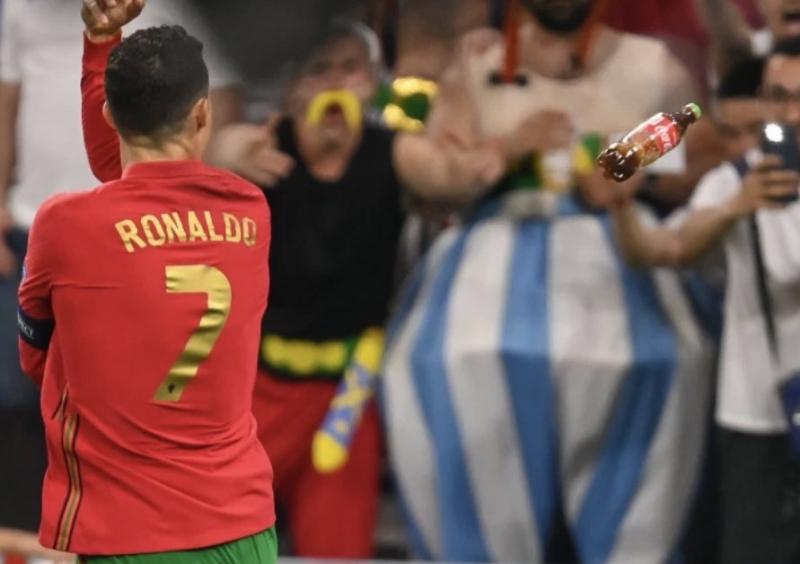 كريستيانو رونالدو يتعرض لهجوم بزجاجات كوكا كولا !