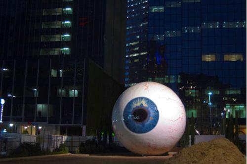 تفاصيل مجسم العين العملاقة في دالاس
