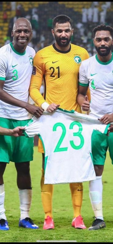محمد العويس يرفع قميص حسان تمبكتي