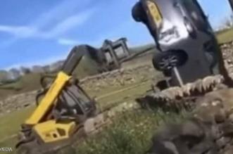 مزارع يحطم سيارة