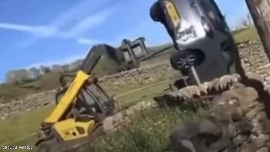 مزارع يحطم سيارة باستخدام جرافة بشكل متهور