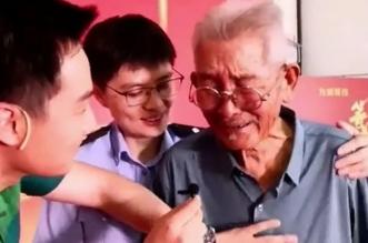 مشهد مؤثر لأب يلتقي بابنه المختطف بعد 58 عامًا ! (4)
