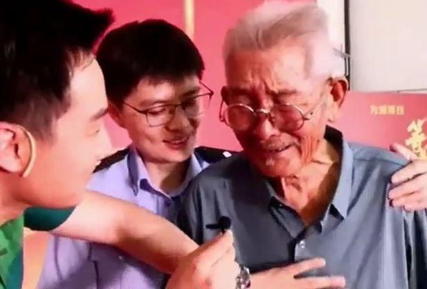 مشهد مؤثر .. أب مسن يلتقي ابنه المختطف بعد 58 عامًا !