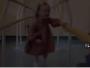 لحظات مؤثرة لطفلة توثق أولى خطواتها بقدم صناعية