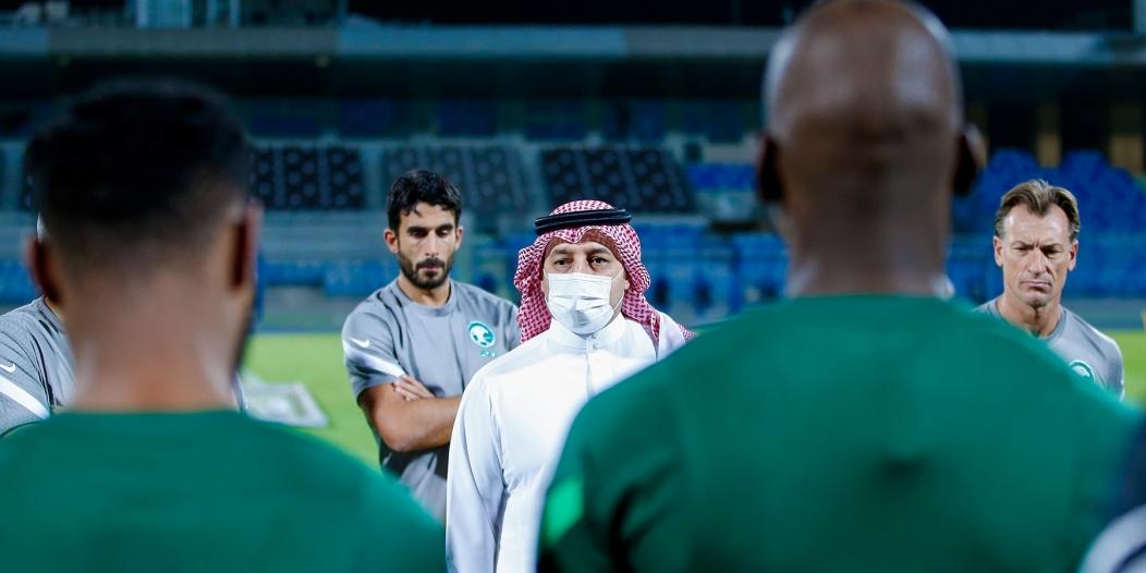 المسحل يُحفز لاعبي المنتخب السعودي