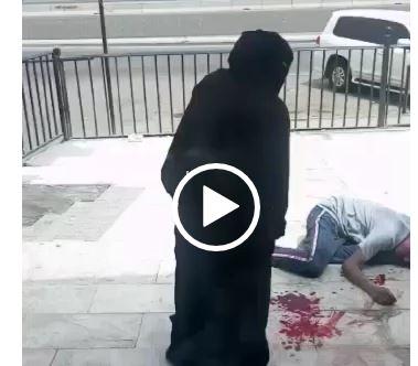 إيقاف رجل وامرأة ظهرا بمقطع فيديو أحدهما مصاب وملقى على الأرض في جدة