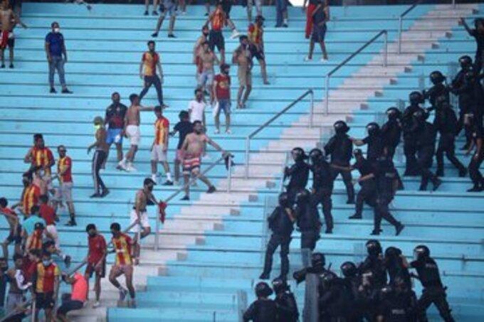 شاهد .. اشتباكات الأمن التونسي والجماهير تؤجل بدء مباراة الأهلي والترجي