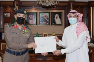 وزير الداخلية يوجه بتكريم مواطن منع نشوب حريق في مبنى سكني - المواطن
