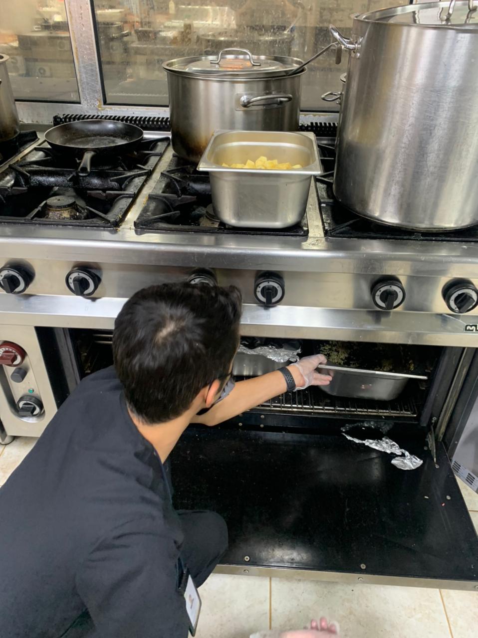مصادرة 1300 كلغم من المواد غذائية الفاسدة بأحد مطاعم أبها - المواطن
