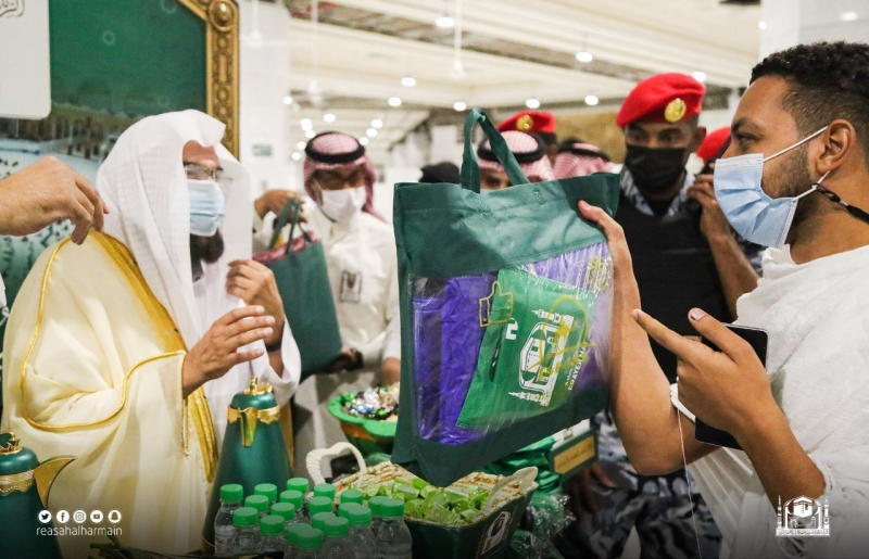 السديس يشارك في توزيع الهدايا على المعتمرين - المواطن