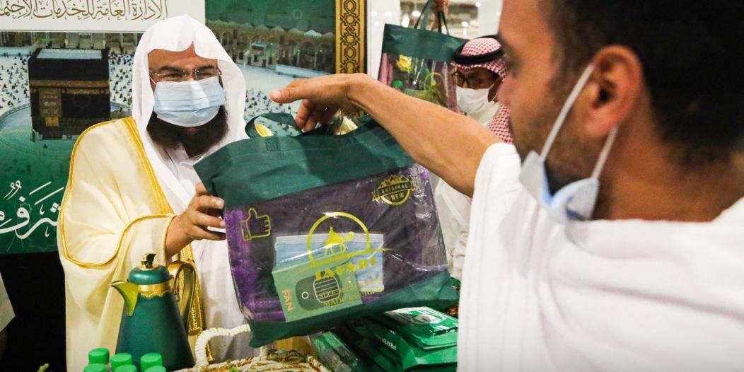 السديس يشارك في توزيع الهدايا على المعتمرين