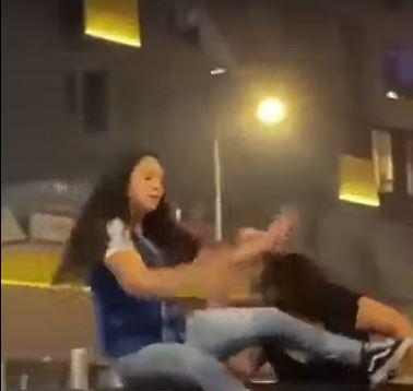 سقوط مروع لفتاة من فوق سيارة جيب