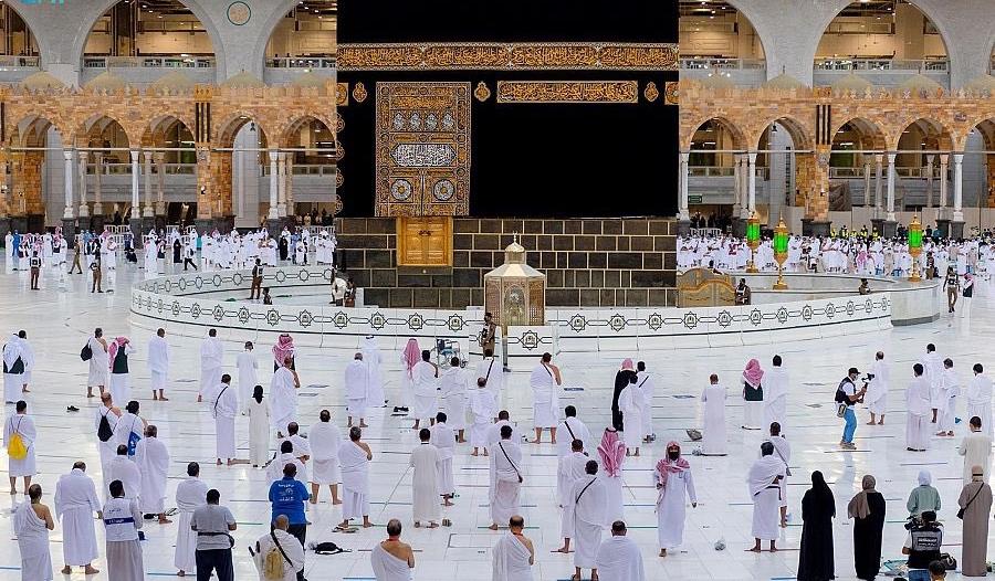 الشؤون التطويرية النسائية بالمسجد الحرام توزع أكثر من 300 سجادة و200 مظلة