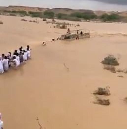 سيول جارفة واحتجازات بوادي جعلان في سلطنة عمان