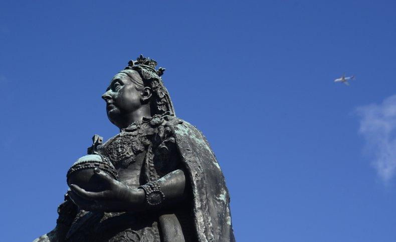 شاهد لحظة إسقاط تمثال الملكة إليزابيث في كندا