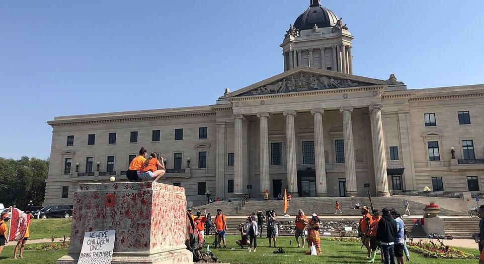 لحظة إسقاط تمثال الملكة إليزابيث في كندا