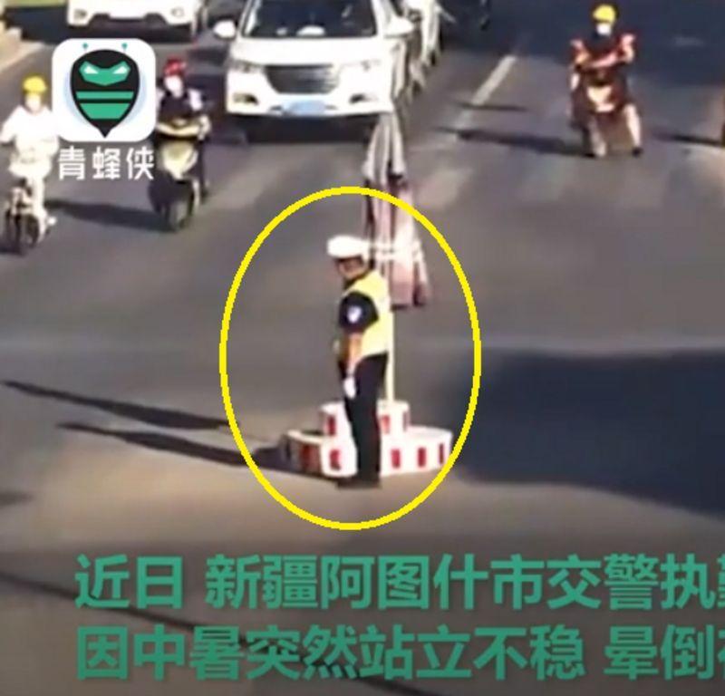 شاهد ما حدث لشرطي مرور صيني في درجة 55 مئوية