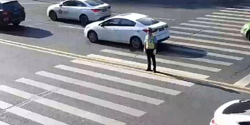 فيديو يوثق ما حدث لشرطي مرور صيني في درجة 55 مئوية