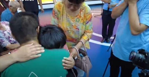 بالدموع والصراخ.. صيني يستقبل ابنه المختطف منذ 24 عامًا
