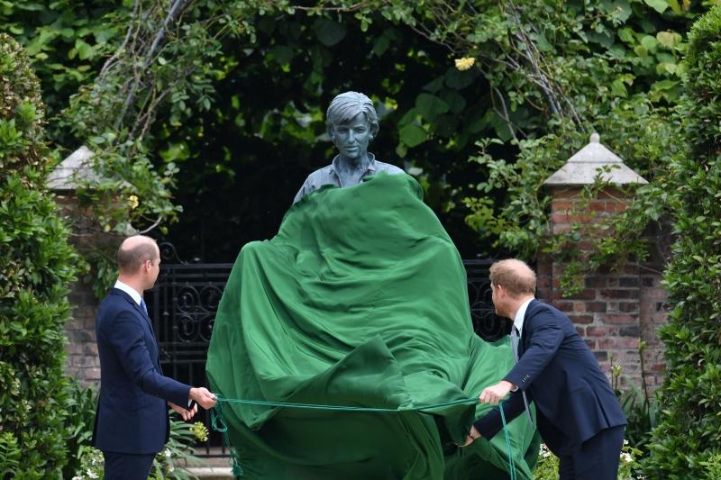ما قصة الولد والبنت في تمثال الأميرة ديانا ؟