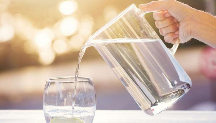 استشاري: تناول الماء ضروري لمنع جفاف الخلايا