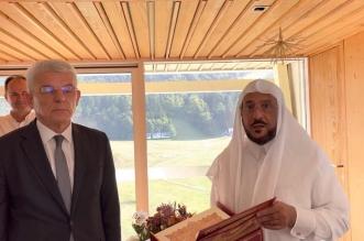 عضو المجلس الرئاسي للبوسنة لوزير الشؤون الإسلامية: هذه أغلى هدية أحصل عليها - المواطن