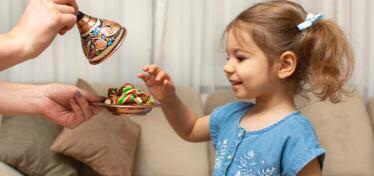 هذه أضرار الإكثار من تناول حلوى العيد