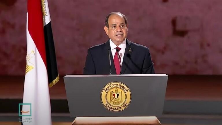 السيسي يمازح ويطمئن المصريين ويوجه إليهم نصيحة: بلاش هري