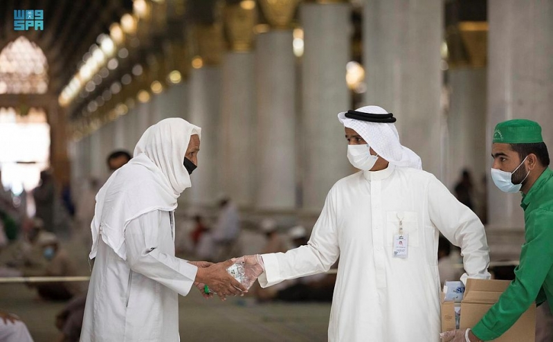 تقديم 100 ألف عبوة ماء زمزم و2000 عبوة تمر يومياً بالمسجد النبوي - المواطن