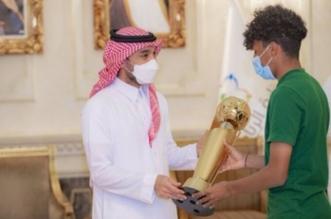وزير الرياضة مع كأس العرب