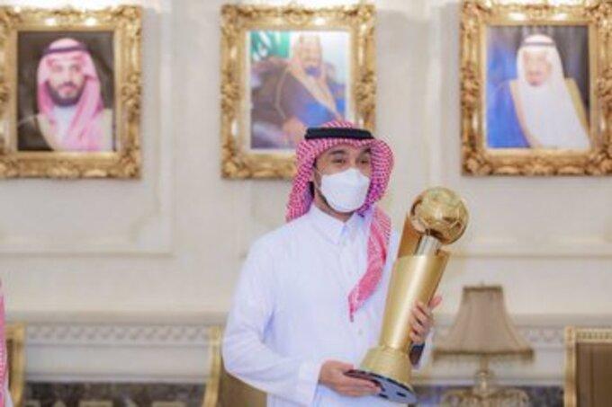 الأمير عبدالعزيز بن تركي الفيصل مع الكأس