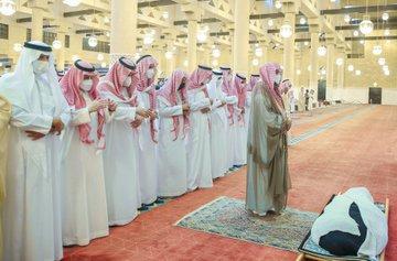 أمير الرياض يؤدي صلاة الميت على الأميرة نوف بنت خالد - المواطن