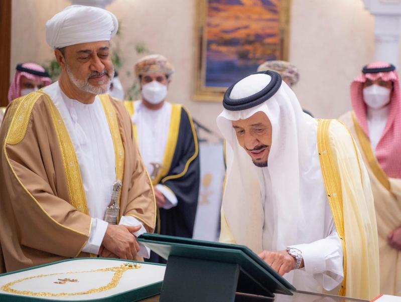 وسام عُماني رفيع لـ الملك سلمان وقلادة الملك عبدالعزيز لسلطان عمان - المواطن