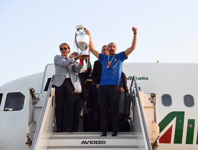 روبيرتو مانشيني يحمل الكأس